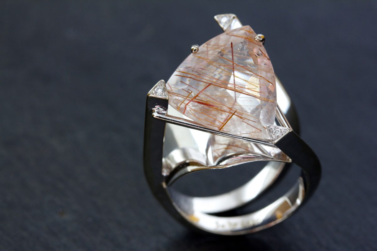 "Bague ""Flatey"", quartz rutilé, or gris palladié, diamants"