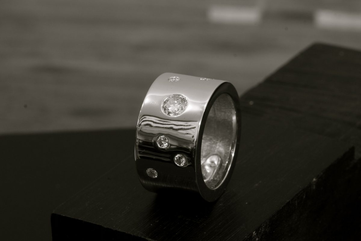 Bague London. Or gris, diamants