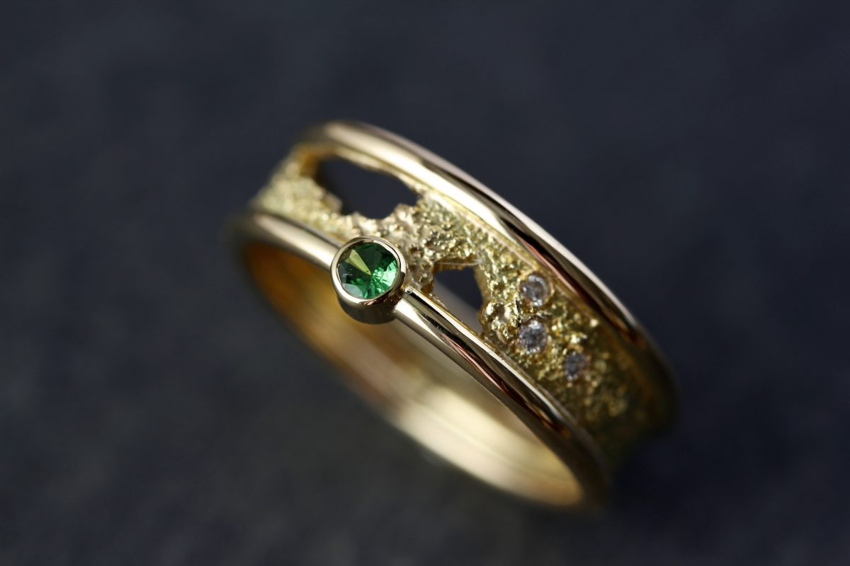 Bague Terres australes. Or jaune, tsavorite, diamants