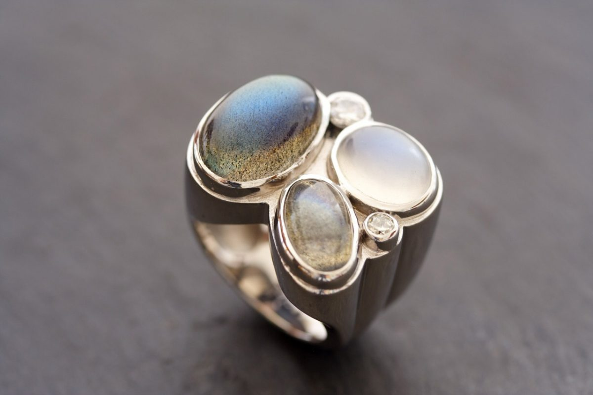 "Bague ""de Ouf"", or gris, pierre de lune, labradorites, diamants"