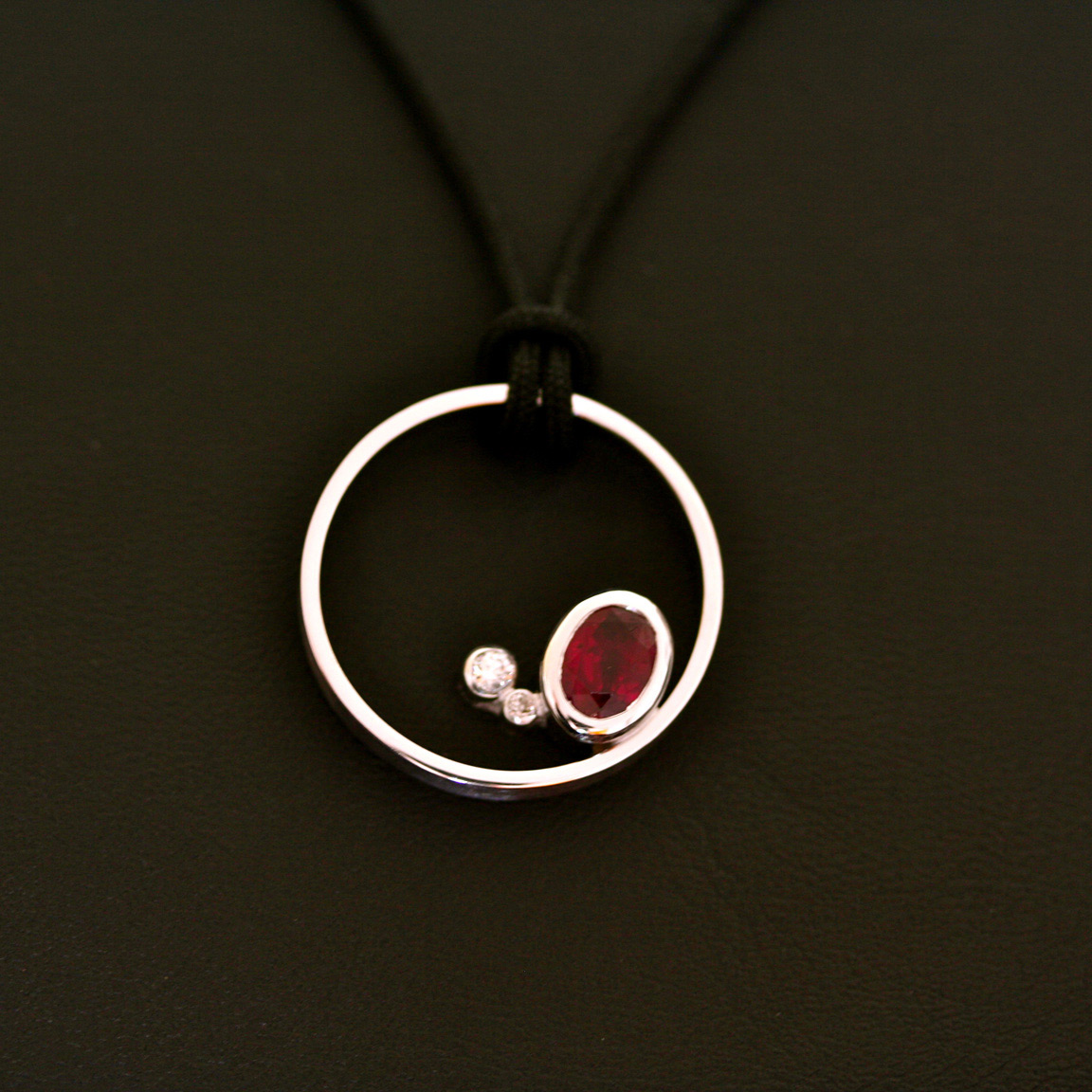 "Pendentif ""Constellation"". Or gris, rubis, diamants"