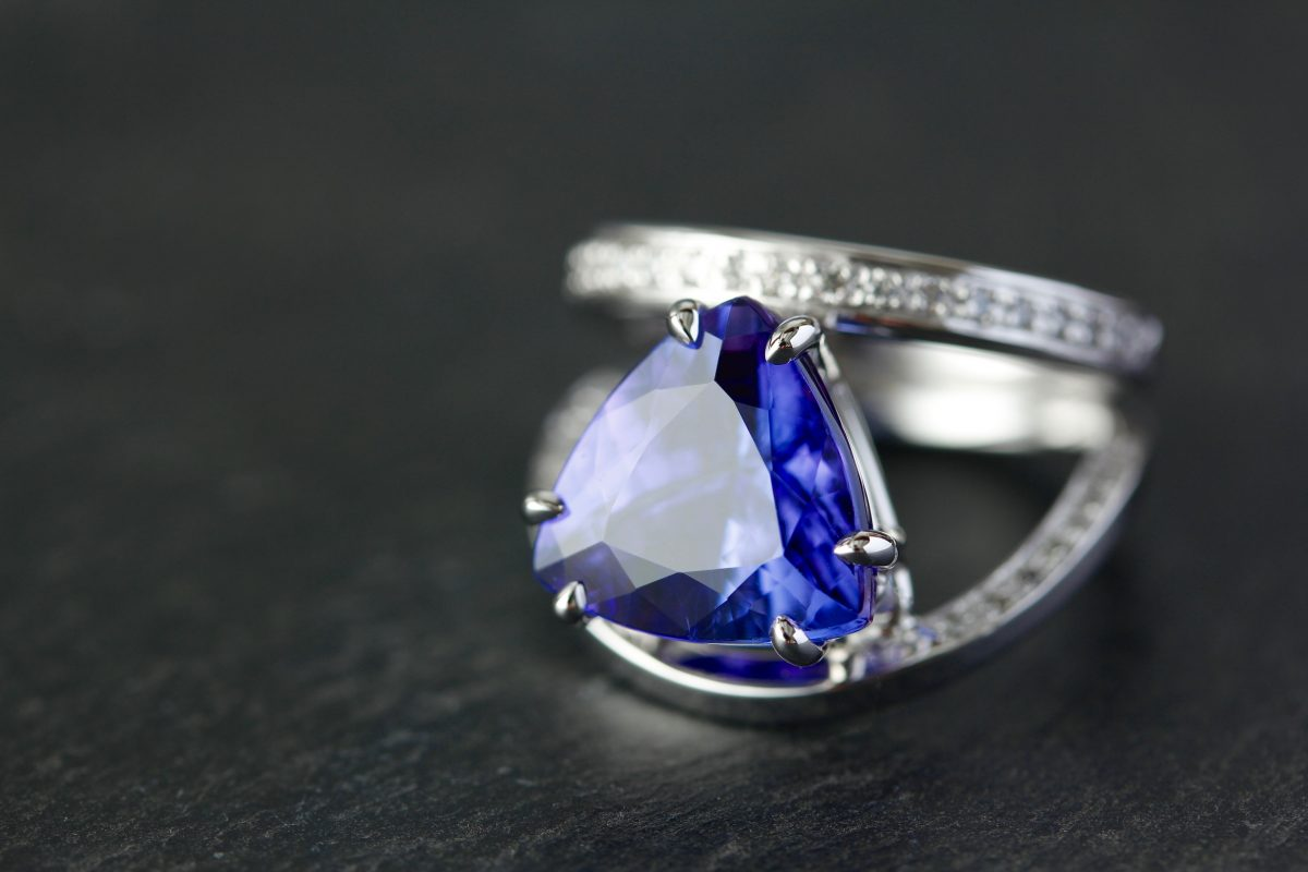 "Bague ""Rushy-Bay"". Or gris palladié, tanzanite et diamants."